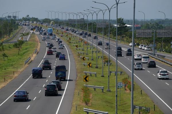 Kendaraan dari arah Jakarta melintas di Tol Cipali, Jawa Barat, Kamis (30/5/2019). Korlantas Polri memberlakukan kebijakan satu jalur (one way) untuk kendaraan dari Jakarta menuju arah Jawa Tengah. - ANTARA FOTO/Sigid Kurniawan