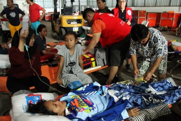 Korban banjir mendapatkan perawatan di posko pengungsi di Gudang Logistik Badan Nasional Penanggulangan Bencana Nasional (BNPB) Pondok Gede Permai, Bekasi. - Antara
