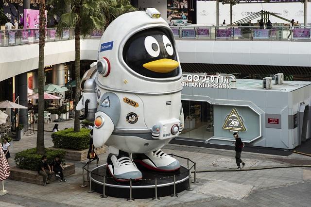 Maskot penguin QQ milik Tencent Holdings Ltd. didirikan di Shenzhen. China berencana menjadikan Shenzhen sebagai kota penuh dengan inovasi sains dan teknologi. Qilai Shen - Bloomberg