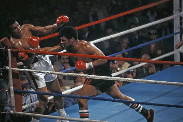 Muhammad Ali vs Leon Spinks dalam pertandingan terkenal kelas berat tinju dunia di Las Vegas, Nevada, AS, pada 1978. - Antara/Reuters