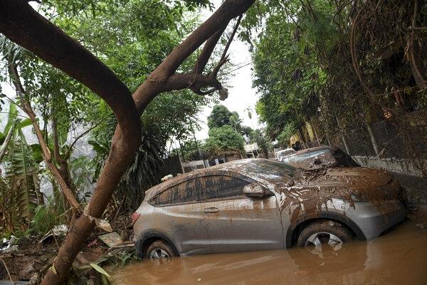 Sebuah mobil yang terseret arus banjir melintang di jalan di Kompleks IKPN Bintaro, Pesanggrahan, Jakarta, Jumat (3/1/2019). Banjir yang disebabkan meluapnya Kali Pesanggrahan di Kompleks IKPN Bintaro itu mulai surut. - Antara/Hafidz Mubarak A
