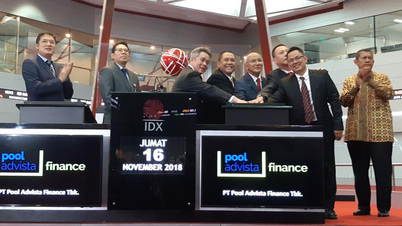 Jajaran direksi dan komisaris PT Pool Advista Finance Tbk. menekan layar sentuh tanda dimulainya perdagangan BEI sekaligus pencatatan perdana saham perseroan dengan kode saham POLA, Jumat (16/11/2018). - Bisnis/Emanuel B Caesario