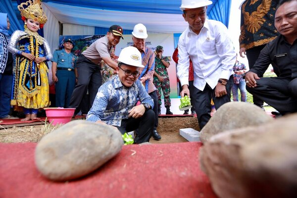 Seremoni peletakkan batu pertama taman wisata dan edutainment alias themepark di Kabupaten Banyuwangi.