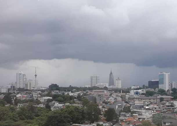 Awan hujan menggelayuti wilayah Jakarta. - Bisnis.com/Andhika