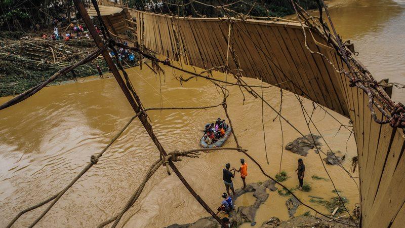Sejumlah relawan membantu warga menyeberangi Sungai Ciberang untuk dievakuasi ke tempat aman di Kampung Susukan, Lebak, Banten, Kamis (2/1/2020). -  ANTARA /Muhammad Bagus Khoirunas