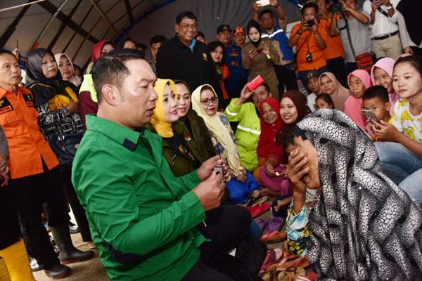 Gubernur Jawa Barat Ridwan Kamil meninjau kondisi wilayah terdampak banjir. - Bisnis/Wisnu Wage Pamungkas
