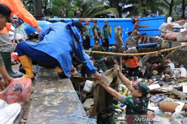 Pembersihan sampah bekas banjir di Tangerang - Antara