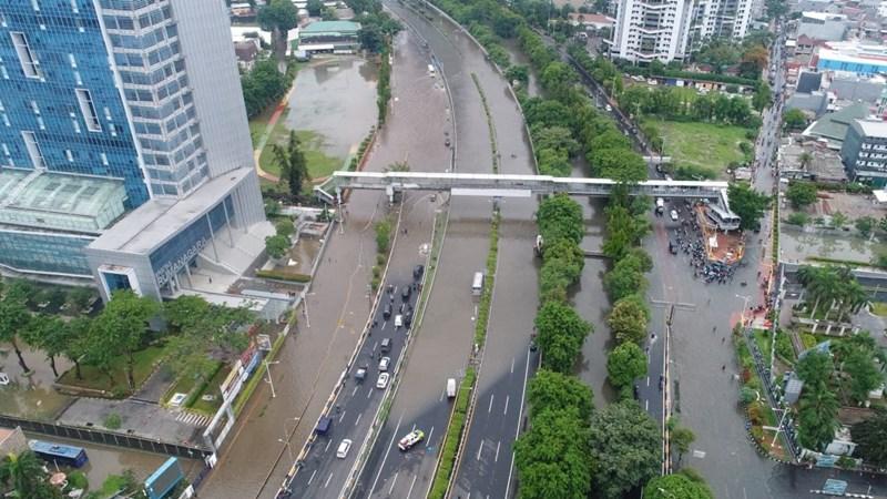 Foto aerial banjir di Jalan S. Parman, Jakarta, Rabu (1/1). Akibat banjir tersebut, ruas tol Grogol-Slipi tidak dapat dilewati kendaraan. - Bisnis/Himawan L Nugraha