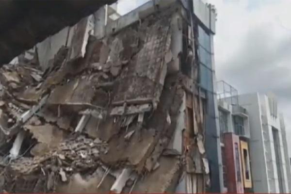 Tangkapan layar gedung mimarket yang roboh di kawasan Jalan Brigjen Katamso, Slipi, Jakarta Barat, Senin (6/1/2020) pagi. - Bisnis/KompasTV
