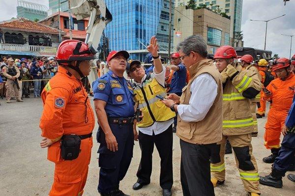 Dirjen Bina Konstruksi Kementerian PUPR Syarif Burhanuddin (keempat kiri) bersama tim dari Kementerian PUPR meninjau lokasi robohnya bangunan ruko di Slipi, Senin (6/1/2020). - Bisnis/Fitri S. Dewi