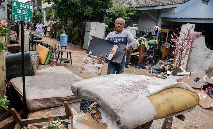 Warga membersihkan sampah akibat banjir di Perumahan Ciledug Indah, Tangerang, Banten, Sabtu (4/1/2020). -  ANTARA /Rivan Awal Lingga