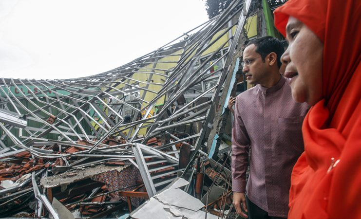 Menteri Pendidikan dan Kebudayaan (Mendikbud) Nadiem Anwar Makarim (kiri) meninjau SDN Cirimekar 02 Cibinong yang rusak akibat hujan badai di Cibinong, Kabupaten Bogor, Jawa Barat, Senin (6/1/2020). -  ANTARA /Yulius Satria Wijaya