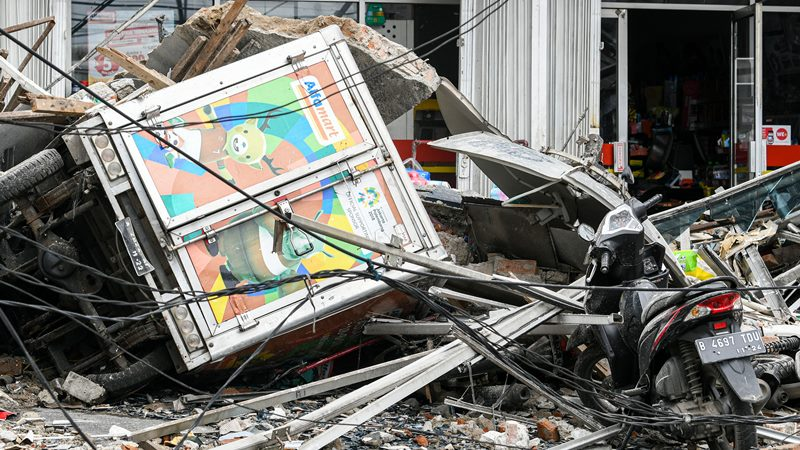 Sejumlah kendaraan bermotor tertimpa reruntuhan dari bangunan yang ambruk di Jalan Brigjen Katamso, Kota Bambu Selatan, Palmerah, Jakarta Barat, Senin (6/1/2020). -  ANTARA /M Risyal Hidayat