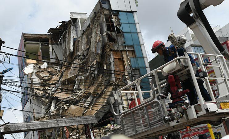 Anggota Dinas Penanggulangan Kebakaran dan Penyelamatan Provinsi DKI Jakarta bersiap melakukan evakuasi terhadap bangunan yang ambruk di Jalan Brigjen Katamso, Kota Bambu Selatan, Palmerah, Jakarta Barat, Senin (6/1/2020). -  ANTARA /M Risyal Hidayat