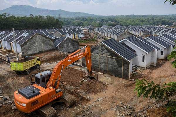 Suasana pembangunan di kawasan perumahan di Cicalengka, Kabupaten Bandung, Jawa Barat, Jumat (15/12). - ANTARA/Raisan Al Farisi