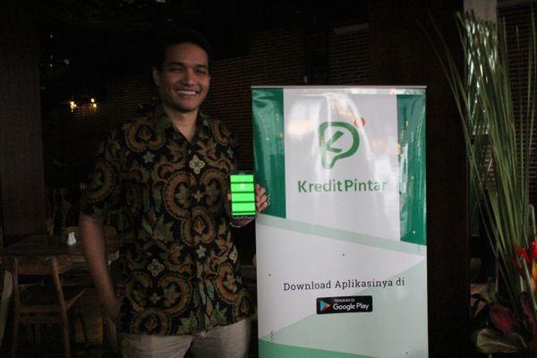 Vice President Kredit Pintar Boan Sianipar menunjukkan layanan aplikasi pinjaman online yang ditawarkan Kredit Pintar di Denpasar, Bali, Kamis (25/10). - JIBI/Ni Putu Eka Wiratmini