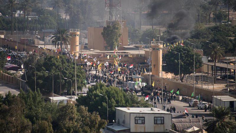 Pasukan keamanan Irak dikerahkan pada hari kedua protes di kedutaan AS di Baghdad, Irak, 1 Januari 2020. -  Lt. Kolonel Adrian Weale / via REUTERS.