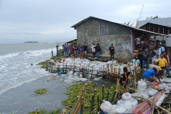 Warga Desa Mappakalompo, Kecamatan Galesong memanfaatkan karung berisi pasir untuk mencegah terjadinya abrasi di Pantai Galesong.