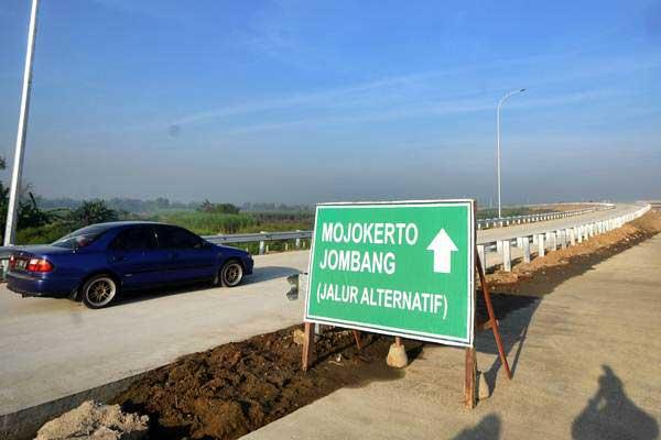 Mobil melintas di jalan tol Surabaya-Mojokerto usai peresmian fungsional di Gerbang Tol Waru, Sidoarjo, Jawa Timur, Senin (19/6). - Antara/M Risyal Hidayat