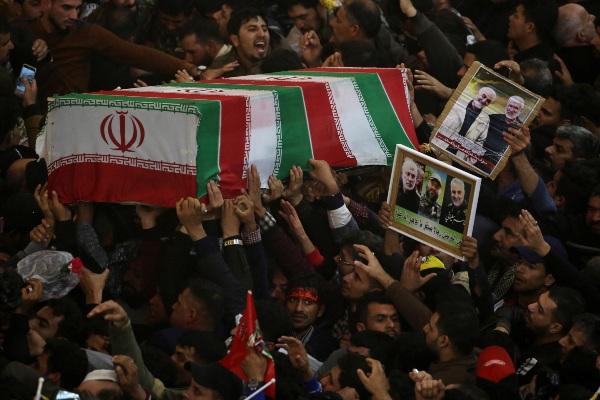 Para pelayat menghadiri prosesi pemakaman komandan militer Iran Qassem Soleimani, yang juga kepala divisi elit Quds Force of the Revolutionary Guards, serta pemimpin kelompok militan Irak Abu Mahdi al-Muhandis yang tewas dalam serangan udara oleh AS di bandara Baghdad, di Kerbala, Irak, Sabtu (4/1/2020). - Reuters/Abdullah Dhiaa al/Deen