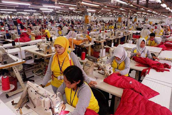 Pekerja meyelesaikan pembuatan pakaian di pabrik garmen PT Citra Abadi Sejati, Bogor, Jawa Barat. - JIBI/Nurul Hidayat