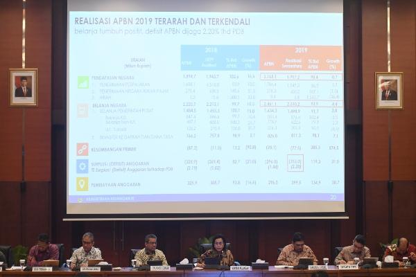 Menkeu Sri Mulyani (tengah) memberikan keterangan pers terkait laporan APBN 2019 di Jakarta, Selasa (7/1/2020). Menkeu menyatakan realisasi APBN 2019 masih terarah dan terkendali meskipun terjadi defisit sebesar Rp353 triliun atau sebesar 2,20 persen terhadap produk domestik bruto (PDB). - ANTARA FOTO/Akbar Nugroho Gumay