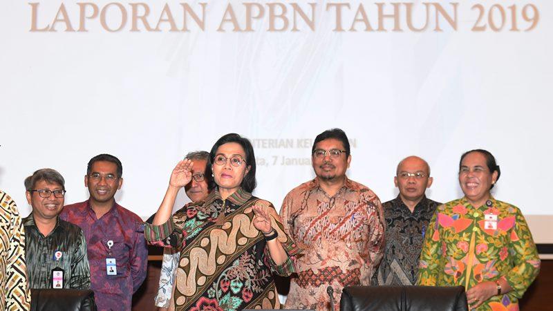 Menkeu Sri Mulyani (ketiga kiri) memberikan keterangan pers terkait laporan APBN 2019 di Jakarta, Selasa (7/1 - 2020). Menkeu menyatakan realisasi APBN 2019 masih terarah dan terkendali meskipun terjadi defisit sebesar Rp353 triliun atau sebesar 2,20 persen terhadap produk domestik bruto (PDB). ANTARA /Akbar Nugroho Gumay