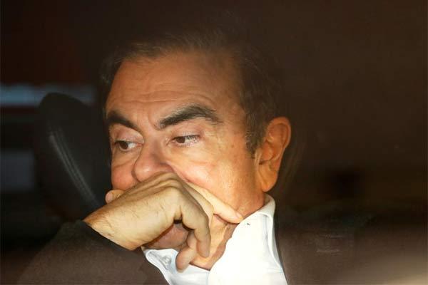 Mantan Chairman Nissan Motor Carlos Ghosn duduk di dalam mobil ketika ia meninggalkan kantor pengacara setelah dibebaskan dengan jaminan dari Rumah Tahanan Tokyo, di Tokyo, Jepang, 6 Maret 2019.  - REUTERS