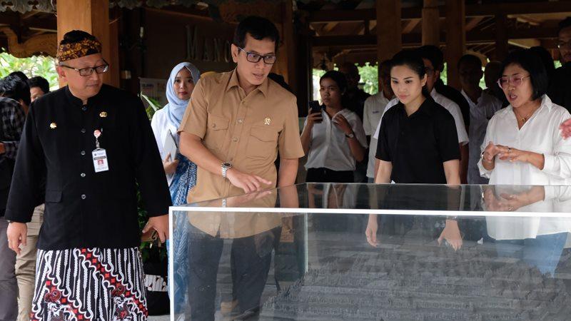 Menteri Pariwisata dan Ekonomi Kreatif Wishnutama Kusubandio (kedua kiri) bersama Wakil Menteri Pariwisata Angela Tanoesodibjo (kedua kanan) menyaksikan maket candi Borobudur saat mengunjungi Taman Wisata Candi (TWC) Borobudur, Magelang, Jawa Tengah, Kamis (19/12/2019). - ANTARA /Anis Efizudin