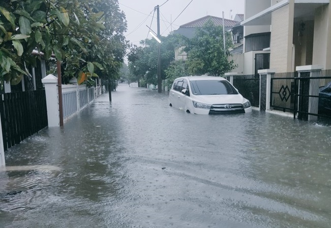 Banjir di wilayah  Jatiwaringin, Pondok Gede, Bekasi. - TMC Polda Metro Jaya @TMCPoldaMetro