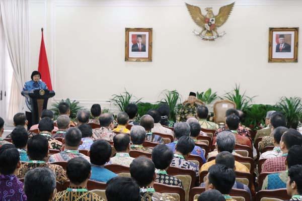 Menteri Lingkungan Hidup dan Kehutanan Siti Nurbaya memberikan sambutan pada pemberian penghargaan Proper bagi perusahaan yang dinilai taat dan menunjukkan kinerja luar biasa dalam pengelolaan lingkungan hidup. Pemberian penghargaan Proper dilakukan di Kantor Istana Wakil Presiden (Wapres), Jakarta, Rabu (8/1/2020). - Istimewa