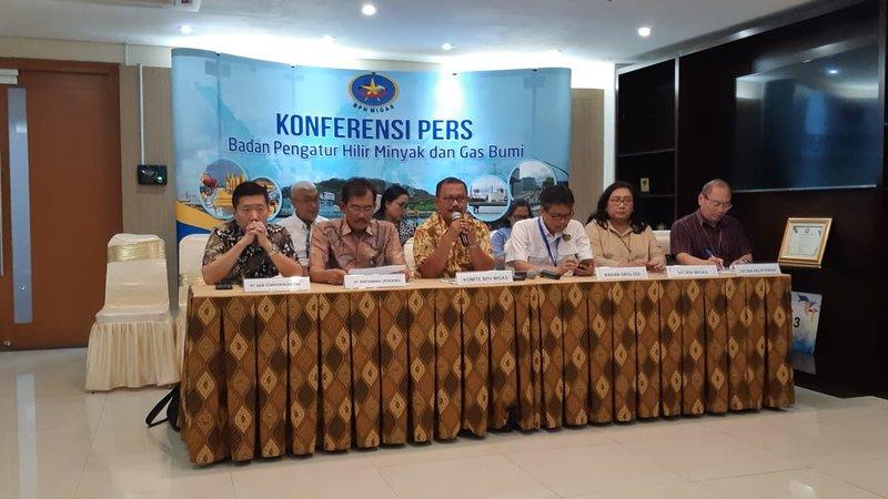 Komite BPH Migas Henry Achmad (tengah) menjelaskan hasil pelaksanaan Posko Nasional Sektor ESDM pada Natal 2019 dan Tahun Baru 2020, Rabu (8/1/2020). - Bisnis/David E. Issetiabudi