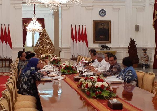 Presiden Joko Widodo menggelar rapat terbatas dengan lima kepala daerah terkait pencegahan dan penanganan banjir di Istana Merdeka, Rabu (8/1/2020). - Bisnis.com/Amanda