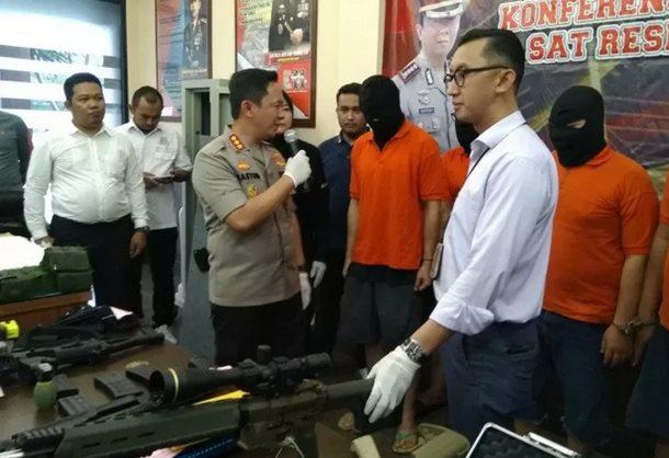 Kapolres Metro Jakarta Selatan Kombes Polisi Bastoni Purnama menanyai salah satu tersangka penjual senjata api kepada pengemudi Lamborghini koboi di Mapolres Metro Jakarta Selatan, Rabu (8/1/2020). - ANTARA