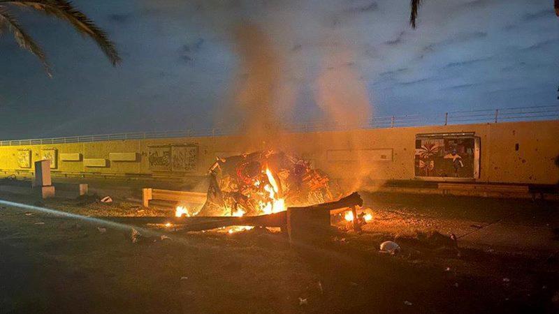 Puing-puing terbakar terlihat di sebuah jalan dekat Bandara Internasional Baghdad, yang menurut kelompok paramiliter Irak disebabkan oleh tiga roket yang mengenai bandara di Irak, 3 Januari 2020, dalam gambar ini diperoleh melalui media sosial. - via REUTERS