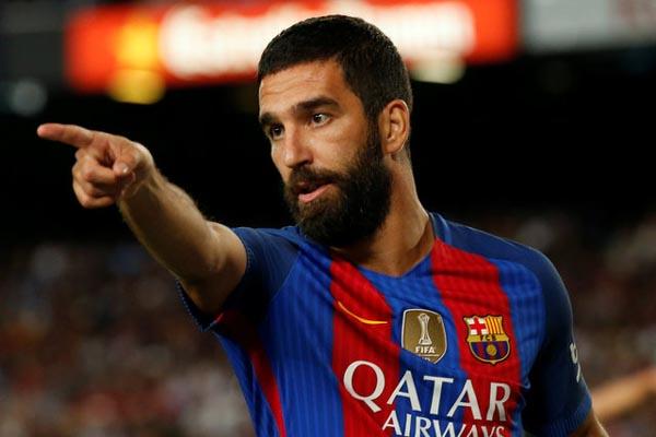 Arda Turan dalam seragam FC Barcelona. - Reuters/Albert Gea