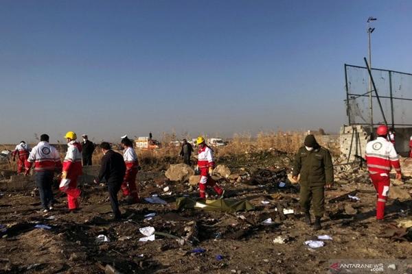 Tim penyelamat mengecek serpihan pesawat Boeing 737-800 milik Ukraine International Airline yang jatuh setelah lepas landas dari bandara Imam Khomeini, Teheran, Iran, Rabu (8/1/2020). ANTARA FOTO/Nazanin Tabatabaee/WANA (West Asia News Agency) via REUTERS - Antara