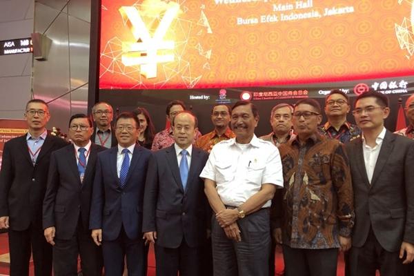 Duta Besar China untuk Indonesia Xiao Qian (depan, ketempat dari kanan) dan Menteri Koordinator Bidang Kemaritiman dan Investasi Luhut Binsar Pandjaitan (depan, ketiga dari kanan) di Bursa Efek Indonesia, Jakarta, Rabu (8/1/2020). - ANTARA