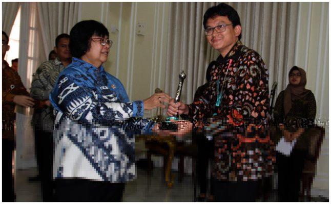 Menteri KLHK Siti Nurbaya Bakar menyerahkan Proper Hijau (Program Penilaian Peringkat Kinerja Perusahaan) kepada Direktur Support & Site Services PT Vale Indonesia Agus Superiadi, Rabu (8/1/2020). - Bisnis/Andini Ristyaningrum