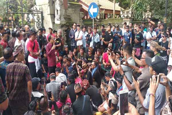 : Gubernur Bali Wayan Koster (batik, tengah) menemui ratusan supir taksi konvensional dan memberikan arahannya dalam tuntutan para supir taksi konvensional di depan rumah jabatan Gubernur Bali, Rabu (8/1 - 2020)