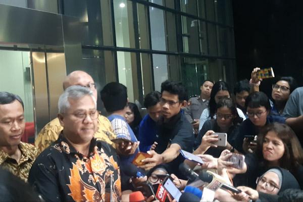 Ketua KPU Arief Budiman dan komisioner lainnya saat memberi keterangan setelah bertemu pimpinan KPK terkait dengan operasi tangkap tangan yang melibatkan salah satu anggota KPU. - Bisnis/Ilham Budhiman