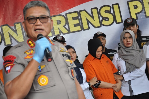 Kapolda Sumut Irjen Pol Martuani Sormin Siregar (kiri) menghadirkan istri korban pembunuhan yang menjadi tersangka Zuraida Hanum (kedua kanan) saat memaparkan kasus pembunuhan Hakim Pengadilan Negeri (PN) Medan Jamaluddin di Mapolda Sumatera Utara, Medan, Sumatera Utara, Rabu (8/1 - 2020). Polda Sumatera Utara menetapkan tiga tersangka atas kasus dugaan pembunuhan berencana seorang hakim PN Medan tersebut dan satu dari tiga tersangka itu merupakan istri korban yang menjadi otak pembunuhan dengan motif karena