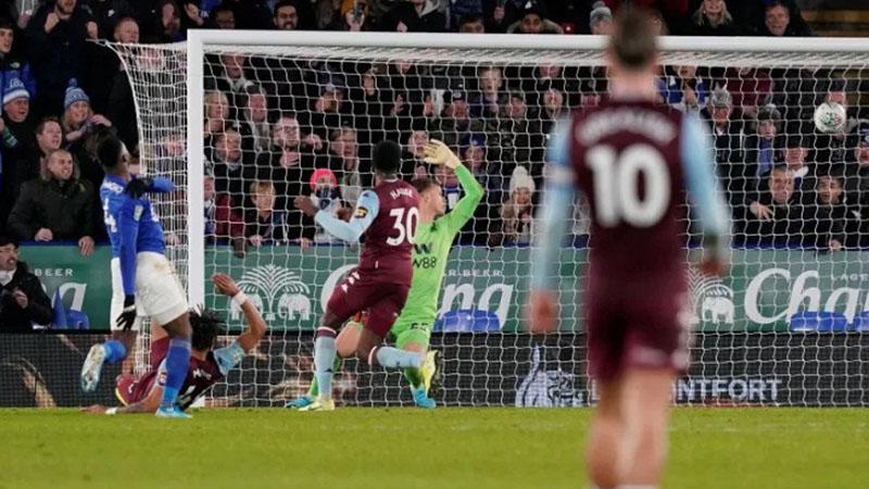 Pemain Leicester City Kelechi Iheanacho (kiri) mencetak gol ke gawang Aston Villa - Reuters/Andrew Yates