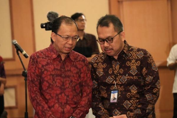 Kepala Bank Indonesia Kantor Perwakilan Bali Trisno Nugroho (kanan) dan Gubernur Bali Wayan Koster (kiri) sedang bercengkrama di sela-sela acaraSimakramadengan BI dan OJK, Rabu (8/1 - 2020).