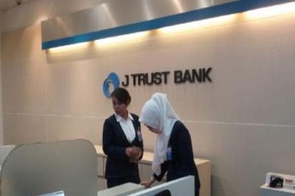 Suasana di kantor J Trust Bank - Bisnis