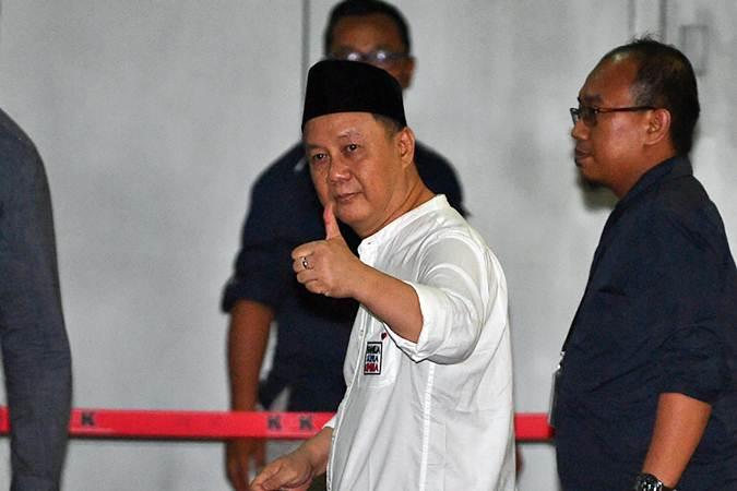 Mantan Kepala Badan Penyehatan Perbankan Nasional (BPPN) Syafruddin Arsyad Temenggung (kedua kanan) meninggalkan Rutan Kelas 1 Jakarta Timur Cabang Rutan KPK, Jakarta, Selasa (9/7/2019). - ANTARA/Sigid Kurniawan