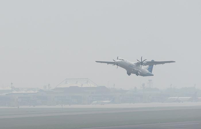 Pesawat menembus kabut asap saat lepas landas di Bandara Internasional Sultan Mahmud Badaruddin II Palembang, Sumatera Selatan, Senin (14/10/2019). - ANTARA /Mushaful Imam.