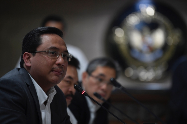 Ketua Badan Pemeriksa Keuangan (BPK) Agung Firman Sampurna (kiri) bersama Jaksa Agung Burhanuddin (tengah) dan anggota BPK Hendra Susanto (kanan) menyampaikan keterangan tentang hasil pemeriksaan Asuransi Jiwasraya di Jakarta, Rabu (8/1/2020)./ANTARA FOTO-Puspa Perwitasari -