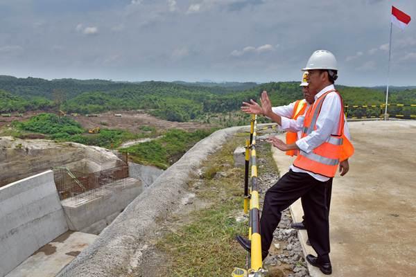 Presiden Joko Widodo (kanan) didampingi Menteri PUPR Basuki Hadimuljono meninjau proyek pembangunan Bendungan Karian, di Kabupaten Lebak, Banten, Rabu (4/10). - ANTARA/Agus Suparto