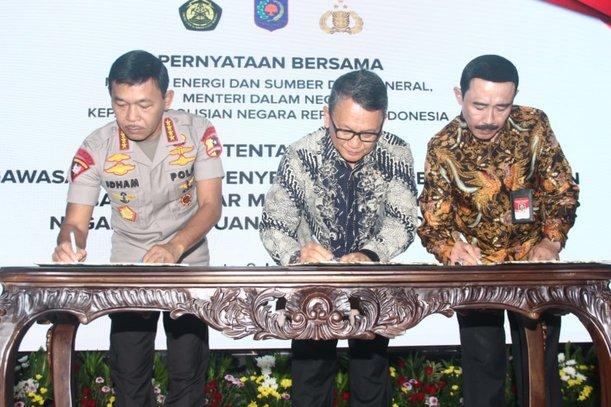 Dari kiri ke kanan: Kapolri Idham Aziz, Menteri ESDM Arifin Tasrif, dan Sekretaris Jenderal Kemendagri Hadi Prabowo menandatangani pernyataan bersama tentang Pengawasan Bersama Penyediaan dan Pendistribusian BBM di Wilayah NKRI di kantor Kementerian ESDM Jakarta, Kamis (9/1/2020). - Bisnis/Triawanda Tirta Aditya